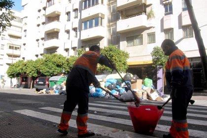 Un total de 749 trabajadores y 274 vehículos componen el dispositivo especial de Semana Santa de Lipasam en Sevilla