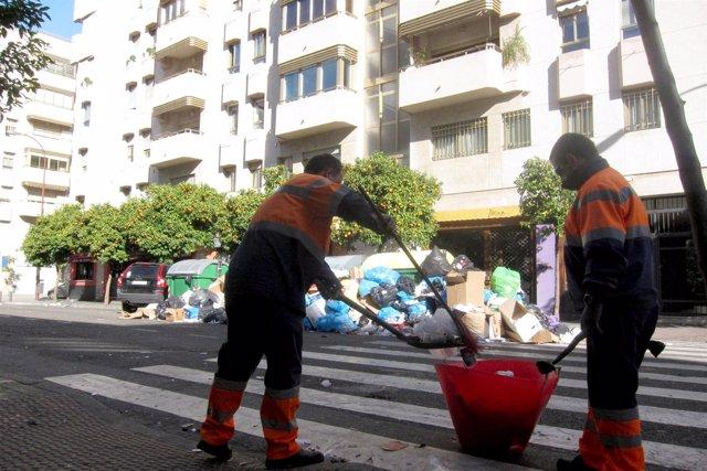 Operarios de Lipasam barren calles en Viapol.