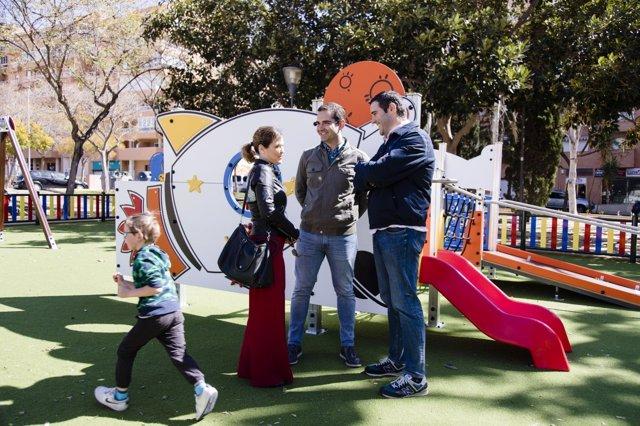 Alcalde de Almería visita el nuevo parque inclusivo en la plaza de Gaudí
