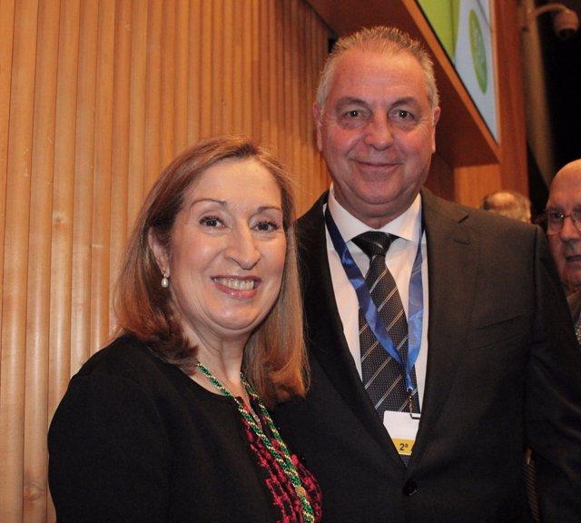 El presidente del Colegio de Médicos de Melilla, Jesús Delgado, con Ana Pastor