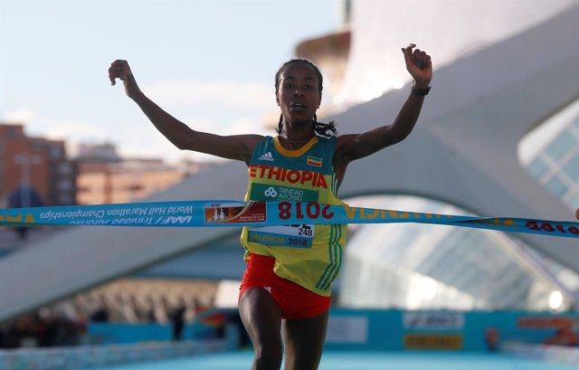 La etíope Kebede, oro en media maratón con récord del mundo en Valencia