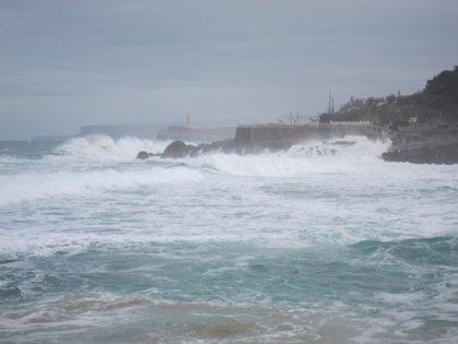 'Hugo' deja en Cantabria vientos de casi 100 km/h y olas de 10 metros