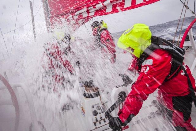 El 'MAPFRE', contra viento y marea, pelea por el liderato en el océano Sur