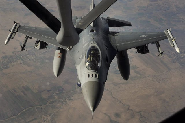 Caza F-16 de EEUU que participa en los bombardeos sobre el Estado Islámico