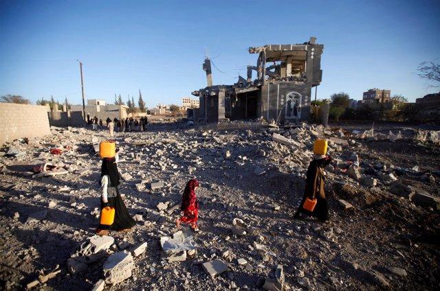 Yemeníes con garrafas de agua en Saná