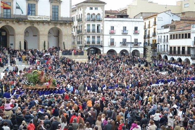 La Burrina de Cáceres a su paso por la Plaza Mayor