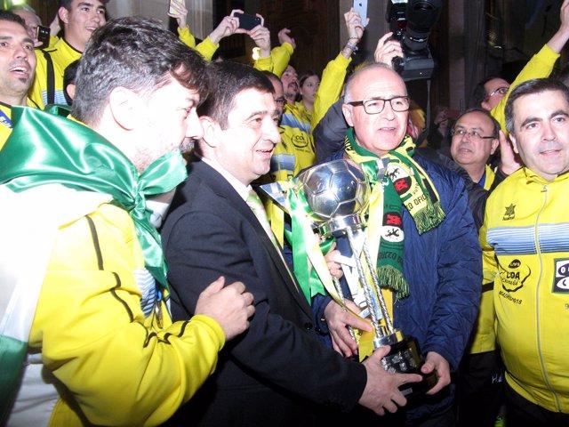 La marea amarilla abarrota la Plaza de San Francisco para aclamar al Jaén FS