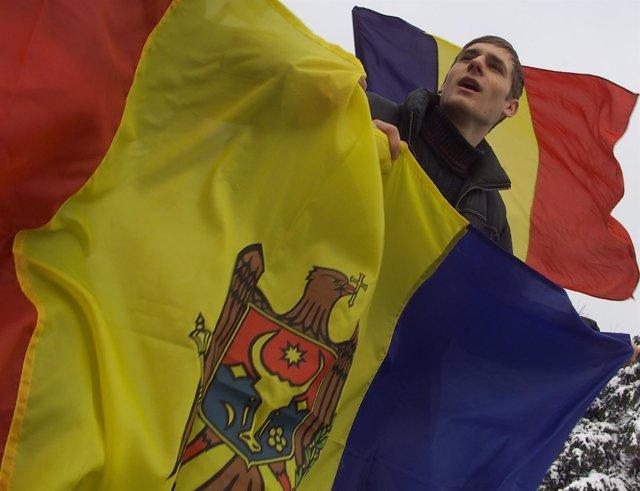 Banderas de Moldavia y Rumanía durante una manifestación
