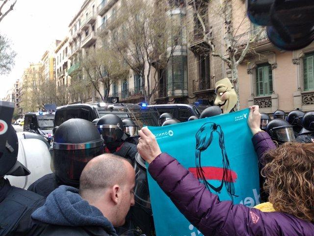 Manifestantes y Mossos cerca de la Delegación del Gobierno en Catalunya