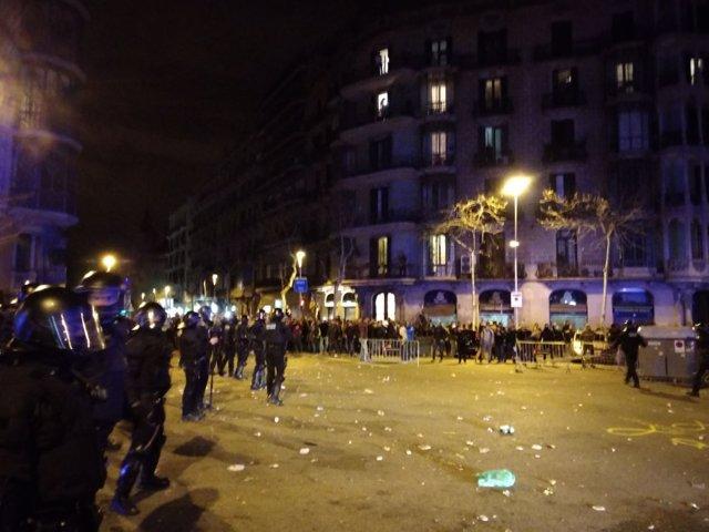 Tensión en la manifestación de Barcelona contra la detención de Puigdemont