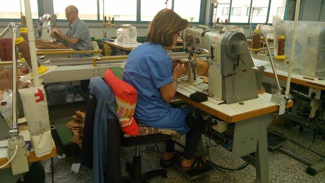 Una trabajadora en una fábrica de zapatos en Elche