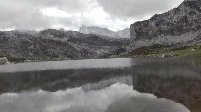 Imagen de archivo de los lagos de Covadonga, Lago Ercina,