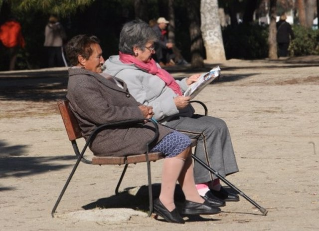 Unas jubiladas sentadas en un banco