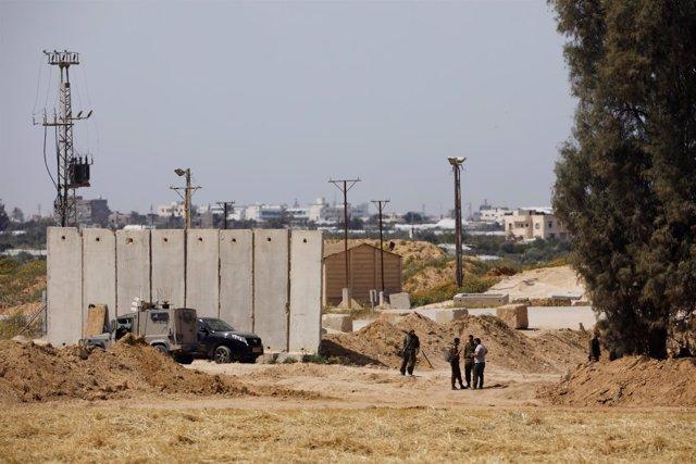 Soldados israelíes cerca de la frontera entre Israel y la Franja de Gaza