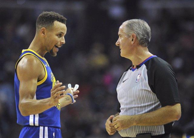 Stephen Curry (Golden State Warriors) protesta al árbitro