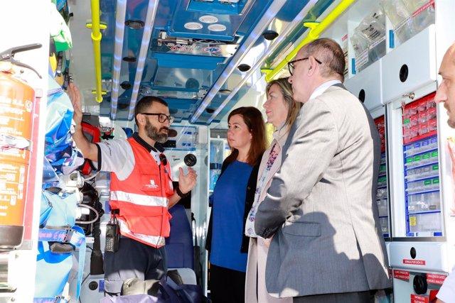 Francina Armengol, Patricia Gómez y Juli Fuster en el interior de una ambulancia
