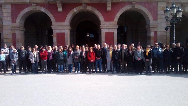 Diputados y trabajadores concentrados delante del Parlament