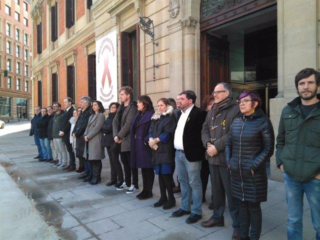 Barkos junto a miembros del cuatripartito en la concentración ante el Parlamento