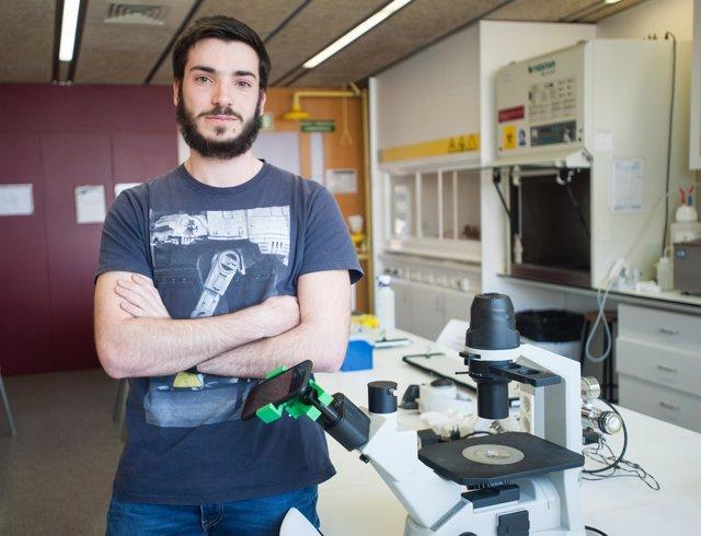 Ramon Angosto con un invento para hacer fotos del microscopio con el móvil