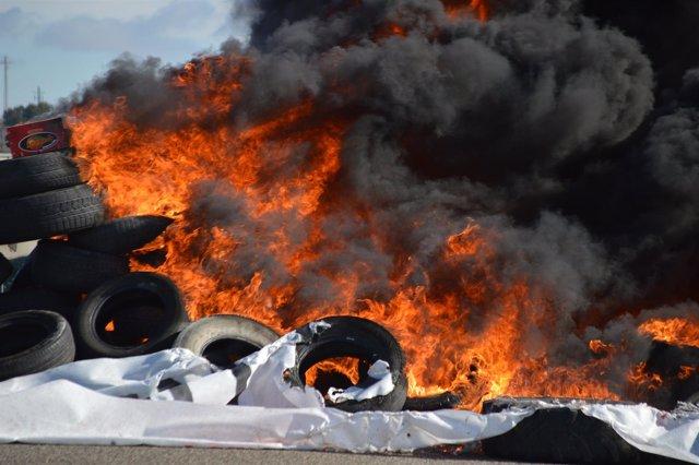 Barricada de neumáticos ardiendo en Alcarràs (Lleida)