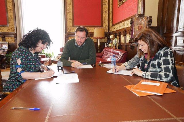 Firma del convenio entre el Ayuntamiento y Autismo Valladolid. 26-3-2018