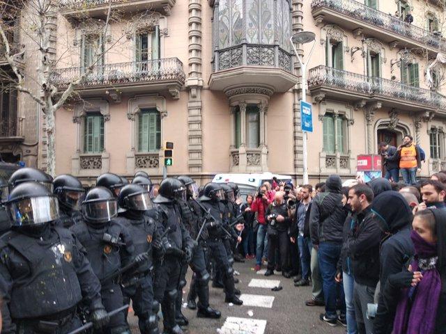Mossos y manifestantes cerca de la Delegación del Gobierno en Catalunya