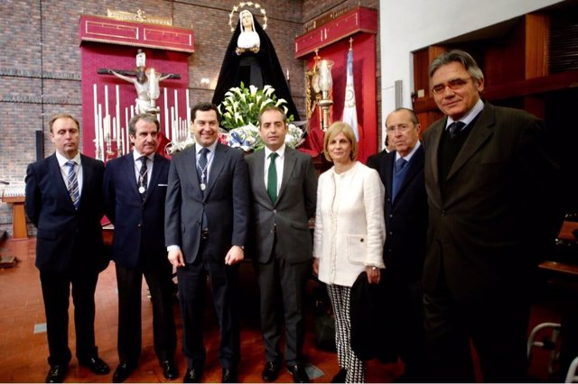 Juanma Moreno, este lunes, visitando una de las hermandades de Jerez (Cádiz)