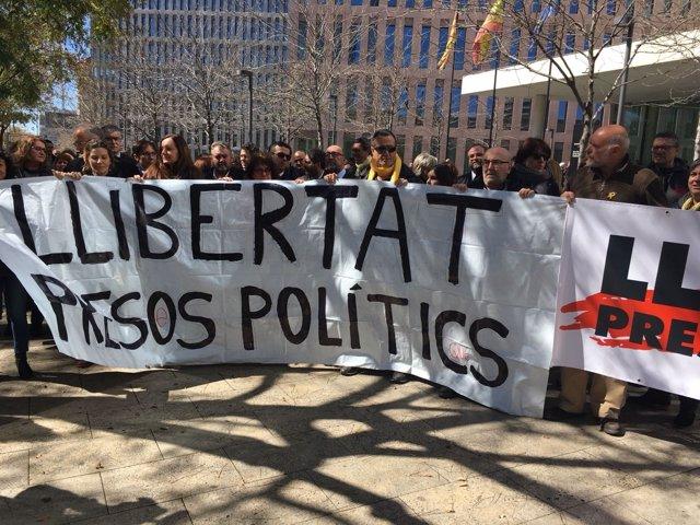 Abogados y funcionarios piden la libertad de los presos políticos