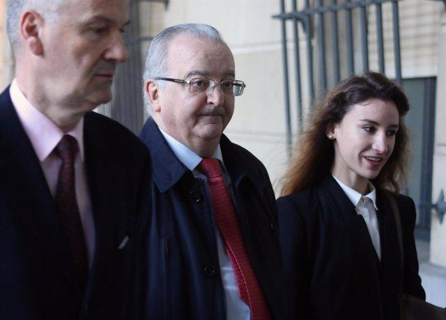 Antonio Fernández llega, junto a sus abogados, a la Audiencia de Sevilla