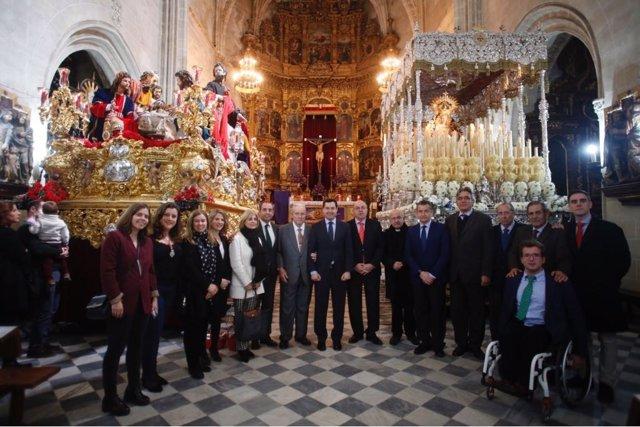 Moreno visitando este Lunes Santo una de las hermandades de Jerez
