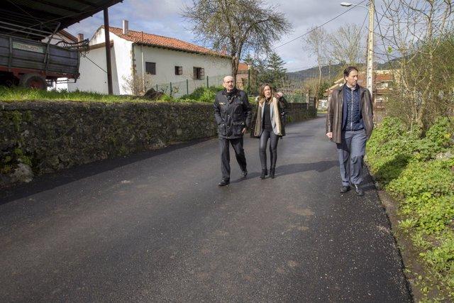 Mazón tras un asfaltado en Solórzano