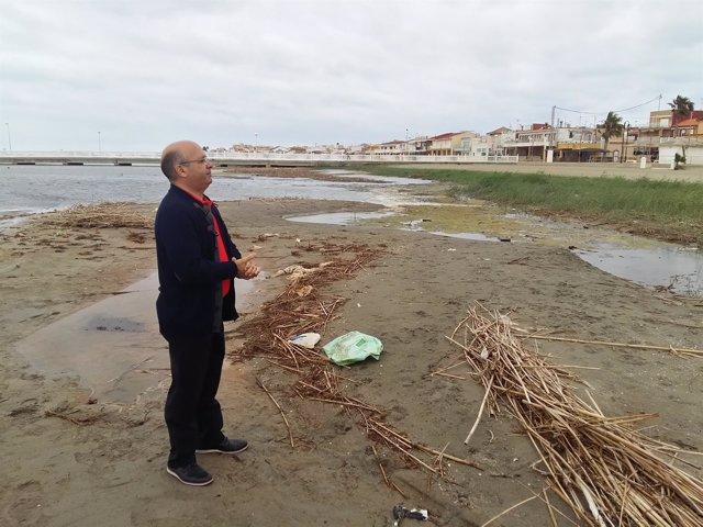Luis Fernández durante una visita a la playa de Los Nietos