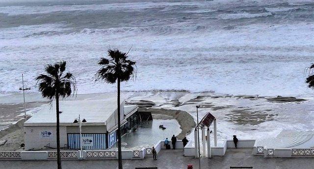 Playa urbana de Cádiz afectada por el temporal