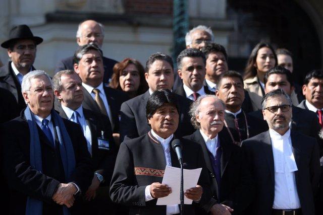 Evo Morales y la delegación boliviana en la CIJ