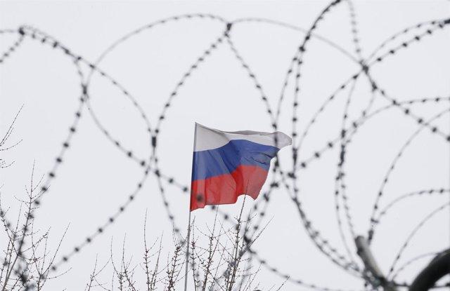 Bandera rusa en la Embajada rusa en Kiev