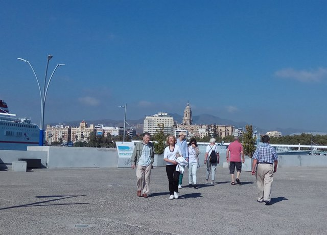 Gente turismo visitantes málaga puerto vista catedral