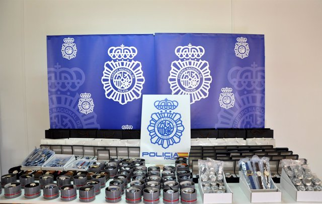 Relojes falsos intervenidos al detenido.