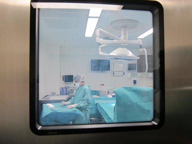Preparación de un quirófano. Imagen de archivo