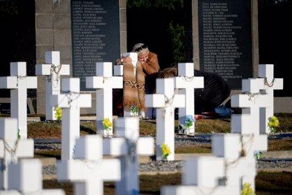 Familiares de soldados argentinos homenajean en Malvinas a los caídos tras su identificación