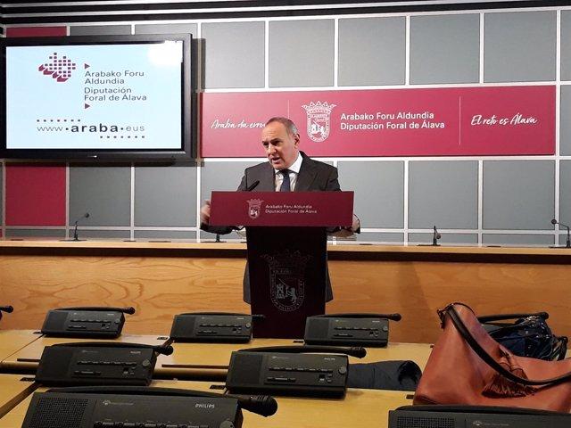 En rueda de prensa, el diputado general de Álava, Ramiro Gonzalez