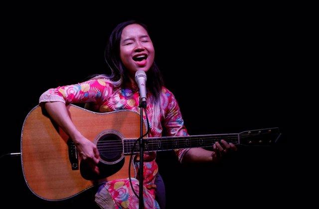Foto de archivo de la cantante y activista Do Nguyen Mai Khoi sings en Hanoi.