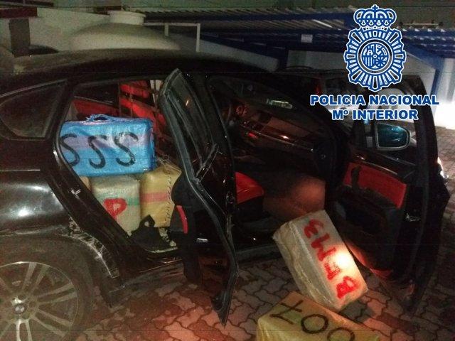 El vehículo y la droga intervenida tras la persecución en La Línea