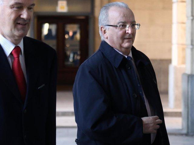 El exconsejero Antonio Fernández, junto a su abogado