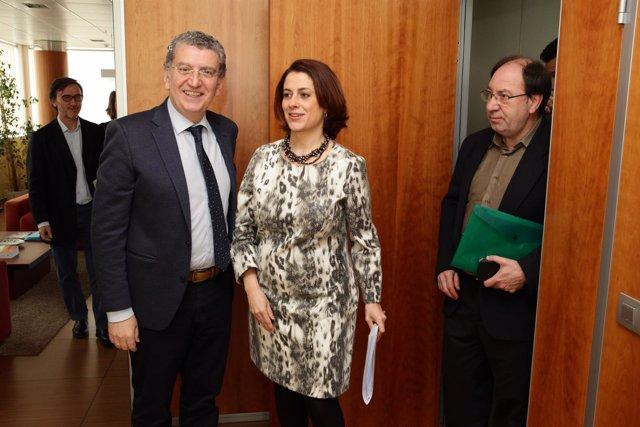 El consejero de Sanidad, Sebastián Celaya, y la alcaldesa de Teruel, Emma Buj