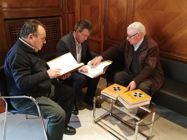 Joaquín Cuevas explica curosidades de la colección a Martínez Majo 27-3-2018