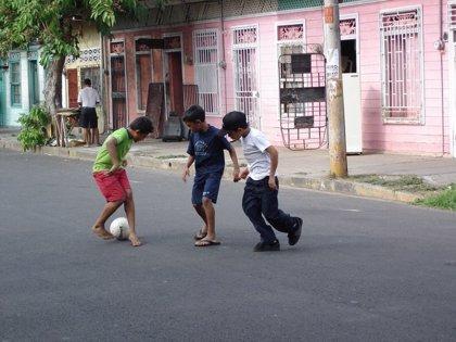 Emocionante vídeo en el que un niño argentino juega a fútbol con su amigo con problemas motrices