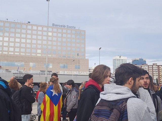 Miembros de los CDR ante la estación de Sants de Barcelona