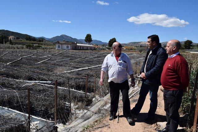 Moya (centro) y Fernández (derecha) dialogan con uno de los propietarios
