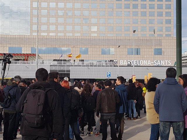 Manifestantes convocados por los CDR ante la estación de Sants de Barcelona