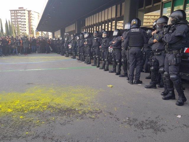 Vuelcan pintura amarilla sobre mossos y concentrados en la protesta de Sants